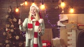 сумасшедший : Merry christmas and Happy new year. Festive Christmas sparkler decoration. Blonde girl with Santa head and Bengal lights. The festive bright.