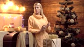 traje : Glass of mulled wine with Christmas decoration at romantic home atmosfere. Holidays and people concept - happy girl decorating christmas tree at home. Stock Footage