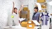 colegas de trabalho : Joyful Asian female coworkers in business clothes happily throwing business papers up in office workspace with carton boxes