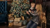 баловать : Happy mother and her little son are playing and having fun near the Christmas tree on the eve of the new year. Стоковые видеозаписи