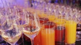vinho : glasses of juice, wine and champagne on the table
