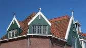 meia idade : Volendam is a small village in the district of North Holland, Netherlands.