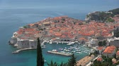 hırvatistan : Dubrovnik is a Croatian city on the Adriatic Sea. It is one of the most prominent tourist destinations in the Mediterranean Sea. Stok Video
