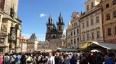 szakszervezet : Tourists at the Old Town Square of Prague - Czech Republic.