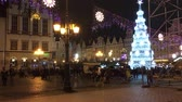 обычай : Visitors at the Christmas market in the Old Town of Wroclaw - Poland.