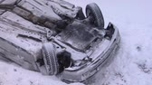 sıkışmış : Crashed Car Upside Down on the Roof  After an Accident on Winter Road With Snow. Accident With a  Car in Winter on Road, Slippery Icy Road, Danger Driving