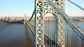 Riprese aeree drone di George Washington Bridge con vista lungo il fiume Hudson, verso New York City (movimento verso l'alto)