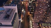 voar : Aerial drone footage of New York skyline along 42nd street canyon, at dusk, with camera uptilt movement.