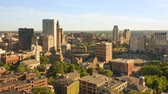 administrativo : Late afternoon drone footage of Providence, Rhode Island with uplift camera motion from Prospect Terrace park, revealing the city skyline. Providence is the capital of Rhode Island. Archivo de Video
