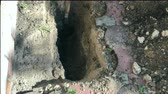 çukur : Digging a small pit with a shovel in the backyard. Close-up.