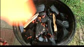 장작 : Burning firewood on the mettalic grill. Brazier with burning firewood. Tongues of flame, smoke, coal and ash. For cooking on the barbecue. For outdoors picnic.