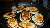 panquecas : Homemade baking. Cooking fried pancakes Pancakes Vídeos