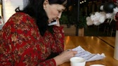разговор : Businesswoman or coffee cup on paper of paper.