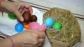 hnízdo : Homemade preparation for the holiday Easter. Easter eggs in basket with hay.