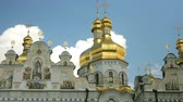 ucrânia : Orthodox Christian monastery. Golden domes of Kiev and Pechersk Lavra Monastery, blue sky with clouds. Historic cultural sanctuary. Pechersk Lavra, Kiev, Ukraine. Static shooting.