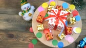 cartão de natal : Decorative christmas or New Year gifts boxes collection rotates in circle on a wooden stand. Use for christmas desgn.