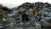 desastre : Industrial and household waste. Large garbage pile. Degraded garbage. Dirty and stink waste in trash dump or landfill. Environmental damage concept. close-up.
