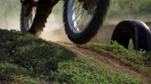 Enduro motocross off-road racing. dust from under the wheels Vídeos