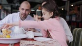 ваш : Happy family in a restaurant eating pizza
