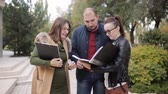 realtor : The realtor and the young couple progulyatsya the alley and discuss the lease or purchase of a new home