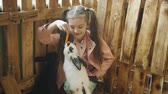 заяц : The little girl happily feeding carrots to the rabbits in the petting zoo.