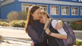 ninhada : Mom hugs unsettled teenage girl near the College. Stock Footage