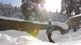 noel : Girl winter near the Chalet in the mountains, enjoys a Sunny winter day. Stok Video