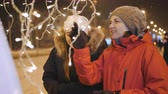 noel : Two girls on a winter evening to view the Christmas decorations of the city.