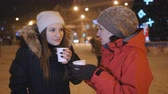 rodiny : Two girls in the center of the Christmas decorated city, drinking coffee and having fun. Dostupné videozáznamy