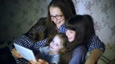karikatury : Mother and children with a tablet computer at home watching cartoons and playing
