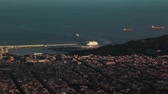chegar : A ferry arrives to the port of Barcelona. Panorama of the city. Time lapse.Two ferries arrive to the port of Barcelona. Spain. Time lapse. Panoramic view of the city in the rays of the setting sun. Vídeos