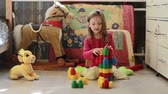 habilidade : Cute little girl playing with toy blocks at home in the morning Vídeos