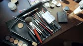 sobrancelha : Brush and eye shadow makeup tools on the table Vídeos