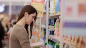 corredor : Woman chooses household chemicals in the store Vídeos