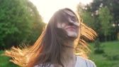 arbusto : Happy woman turns the head and hair. slow motion
