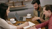vielfalt : Small Business Team-Meeting im Café Stock Footage
