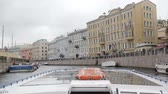 russo : Wonderful view of city architecture from a river bus, turning left. Buildings on a river quay. St Petersburg, slow mo Vídeos
