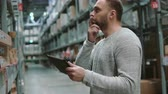 distribuidor : Young man using digital tablet in warehouse, checking goods at supermarket. 4K