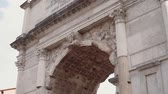 kolumna : Close-up view of the Arch of Titus in Rome, Italy. Camera moving up. Wideo
