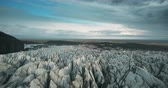 пепел : Scenic aerial view of the ice valley in Iceland national park. Drone flying over the white glacier Vatnajokull. Стоковые видеозаписи