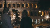 Řím : Young happy couple walking in the city of Rome, Italy near the Colosseum. Traveling man and woman enjoying the sight. Dostupné videozáznamy