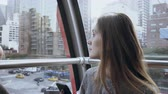 kabina : 4K Beautiful Caucasian girl in New York funicular. Pretty lady commute with earphones in cable car on Manhattan USA. Dostupné videozáznamy