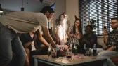 ocasião : Pretty girl celebrates birthday with her friends. Multi ethnic party with cake and Bengal light sparkling firework. 4K.