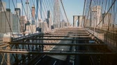 nova iorque : Cars and people pass by through different levels of Brooklyn Bridge. Amazing perspective view of New York cityscape 4K. Vídeos