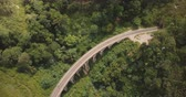 trilho : Aerial panoramic top view, drone turning left over Nine Arch Bridge Ella in Sri Lanka among exotic lush green trees. Vídeos