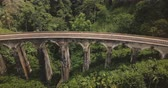 ferrovia : Drone flying left opening beautiful panoramic view of Nine Arch Bridge Ella in Sri Lanka, historic architecture landmark Stock Footage