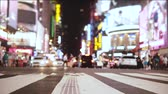 humanité : Amazing low angle slow motion shot of crowd walking across the street with many ads at night on Times Square, New York. Vidéos Libres De Droits