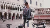 venise : Big flock of pigeons following happy female tourist on amazing San Marco city square in Venice Italy slow motion. Vidéos Libres De Droits