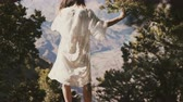 gran apertura : Camera tilts up on young happy tourist woman in white dress enjoying incredible Grand Canyon scenic desert mountain view Archivo de Video