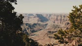 gran apertura : Beautiful panoramic shot of epic sunny mountains at amazing Grand Canyon park observation view point with pine trees.